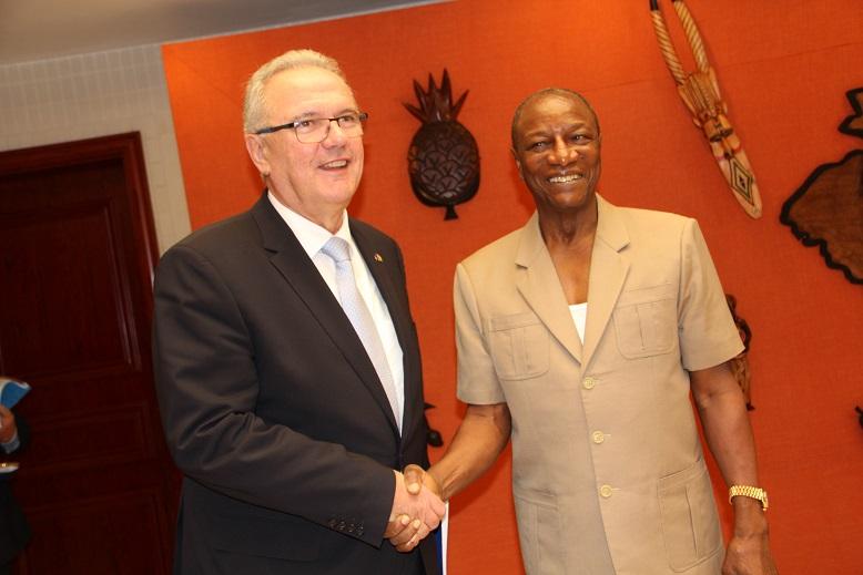 Le Président de la République de Guinée, Pr Alpha CONDE et le Commissaire Européen au developpement, Neven MIMICA. Crédit: Bureau de presse