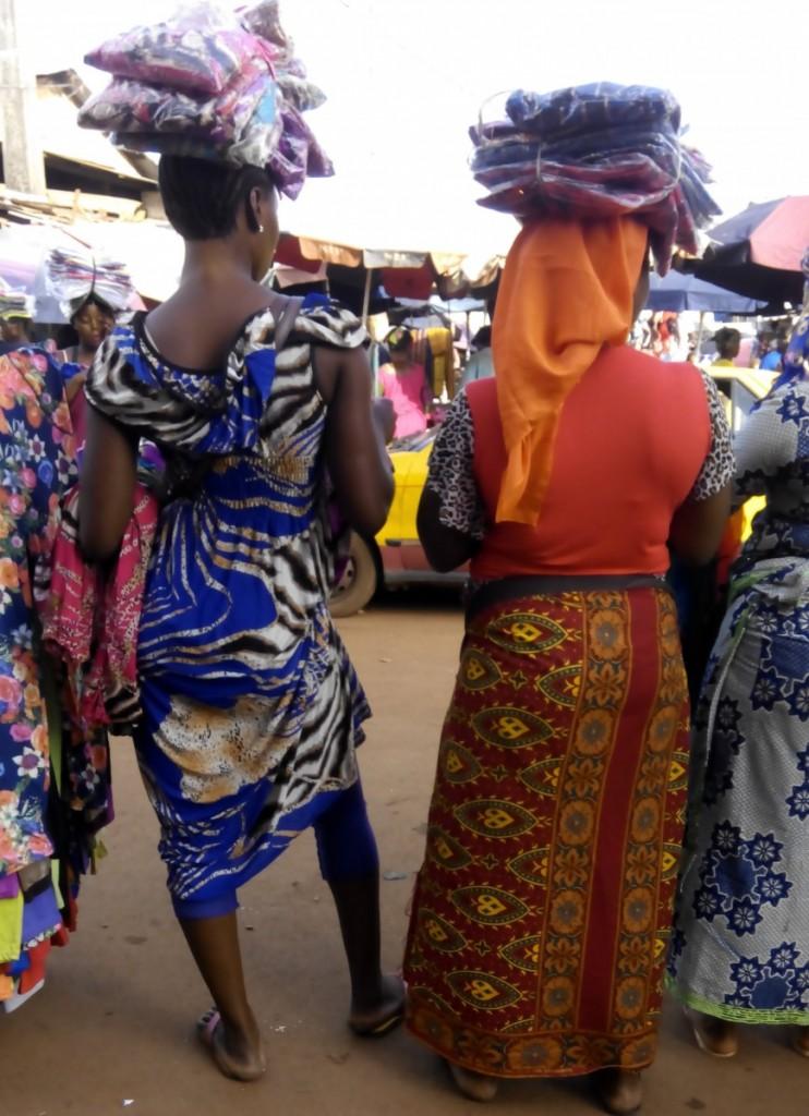 Vendeuse de foulard du marché de madina-veile de Ramadan