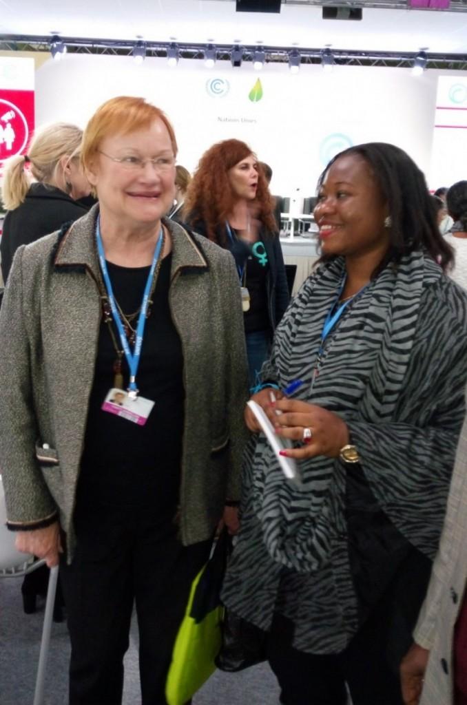 COP 21 PARIS-Fatoumata CHERIF avec l'Ancienne Présidente de la Finlande, Tarja Halonen