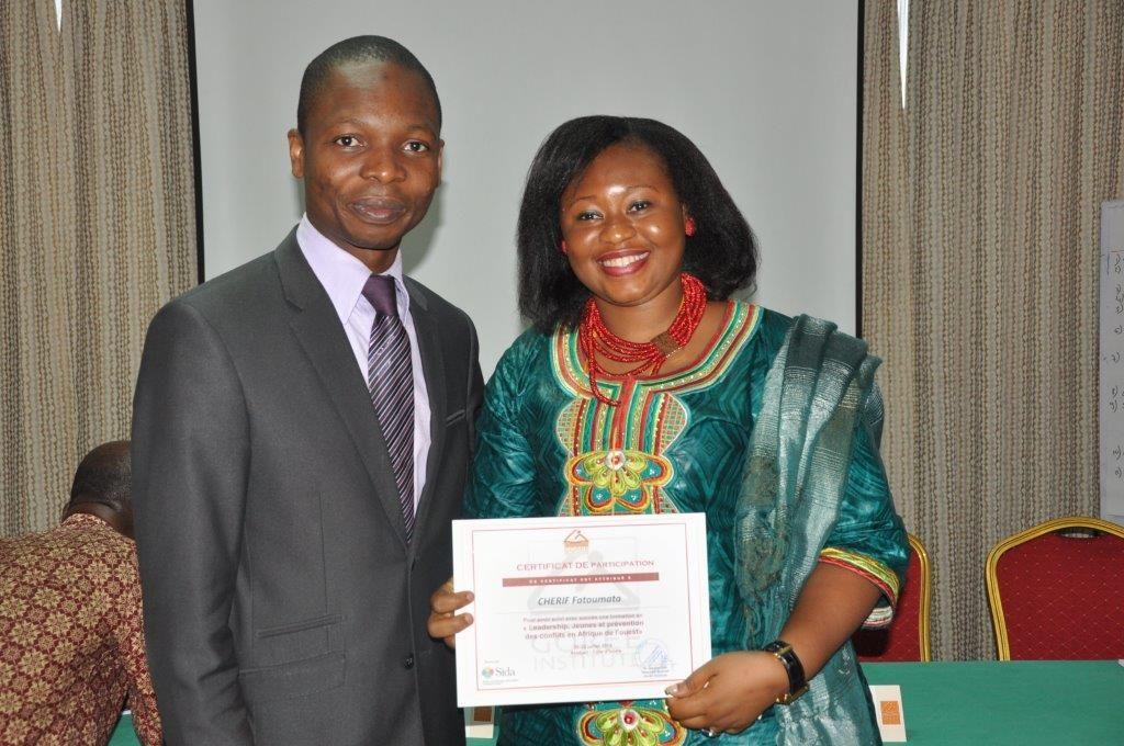 Remise du Certificat par Representant Minsitre de la jeunesse