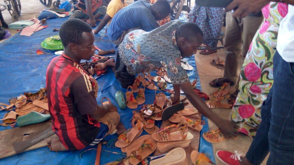 Wakilarè-Une cliente essaie une chaussure conçue par les coordonniers-handicapés